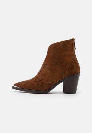 MARCEL - Kovbojské/motorkářské boty - brown