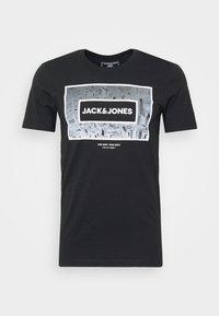 JCOTUNEL TEE SS CREW NECK - Print T-shirt - black