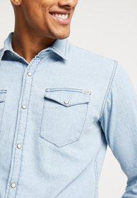 Jack & Jones - JJESHERIDAN SLIM - Skjorta - light blue denim - 5