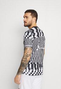 Nike Performance - DRY - T-shirts print - white/black/saturn gold - 2