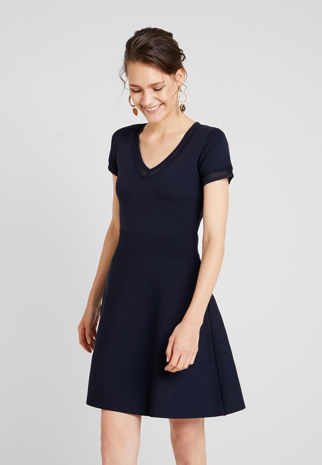 MILLIE - Strikket kjole - bleu marine