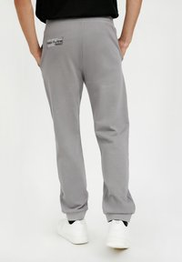 Finn Flare - Tracksuit bottoms - grey - 1