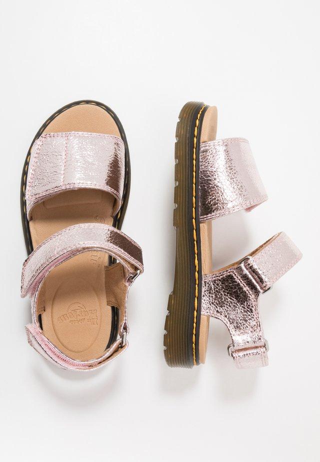 ROMI - Sandaalit nilkkaremmillä - pink salt crinkle metallic