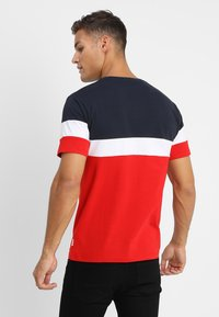 Only & Sons - ONSBAILEY  - T-Shirt print - dark navy/racing red - 2