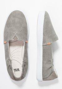 HUB - FUJI - Instappers - greyish/white - 3