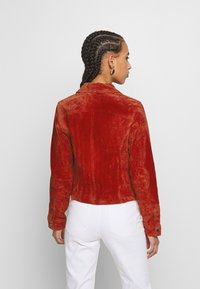 Pieces - PCANA SUEDE JACKET - Leather jacket - chili oil - 2