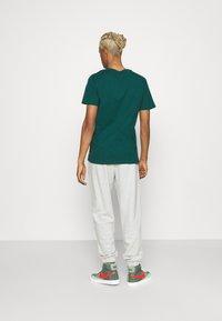 Levi's® - HOUSEMARK GRAPHIC - T-shirt basique - forest biome - 2