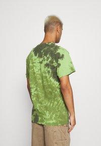 Vintage Supply - SKELETON SLOGAN GRAPHIC TYE DYE - Print T-shirt - green - 2