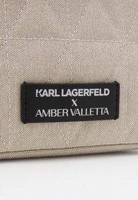 KARL LAGERFELD - AMBER VALLETTA ROUNDED WASHBAG - Kosmetická taška - off-white - 3