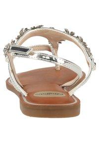 Buffalo - Sandály s odděleným palcem - silver - 3