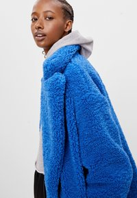 Bershka - MIT LAMMFELLIMITAT - Winter coat - blue - 3