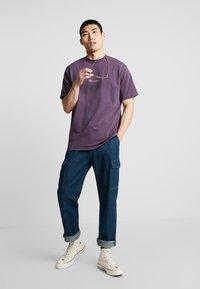 Mennace - ESSENTIAL SIG UNISEX - Basic T-shirt - purple - 1