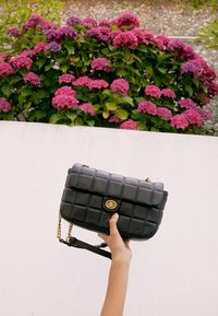 Versace Jeans Couture - QUILTED CROSSBODY - Across body bag - nero - 5
