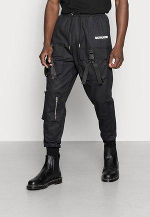 DOUBLE BUCKLE PANTS - Reisitaskuhousut - black
