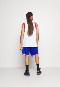 Mitchell & Ness - NEW YORK KNICKS NBA OLD ENGLISH FADED SWINGMAN SHORTS - Short de sport - capital blue - 2