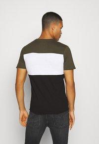 Jack & Jones - JJELOGO BLOCKING TEE - T-shirt con stampa - forest night - 2