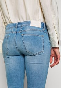 CLOSED - STARLET LOW WAIST CROPPED LENGTH - Jeans Skinny Fit - mid blue - 4