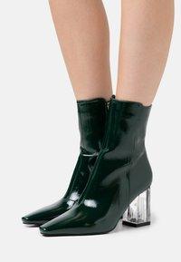 BEBO - DAISIE - Støvletter - green crinkle - 0