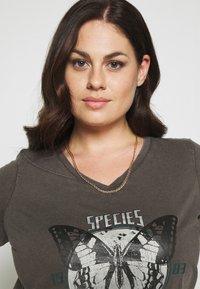 Zizzi - VLILY STRAIGHT TEE - Print T-shirt - dark grey - 3