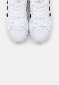 adidas Originals - NIZZA SPORTS INSPIRED SHOES - Baskets basses - footwear white/core black/gold metallic - 5