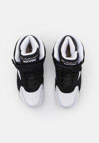 Ewing - FOCUS X HAVOC OF MOBB DEEP - Baskets montantes - white/black - 3
