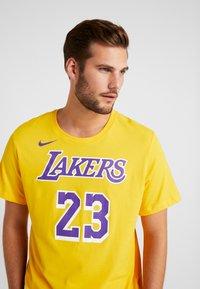 Nike Performance - NBA LA LAKERS LEBRON JAMES NAME NUMBER TEE - Equipación de clubes - amarillo - 3