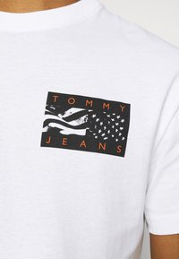 Tommy Jeans - BACK FLAG TEE UNISEX - Printtipaita - white - 5