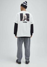 PULL&BEAR - T-shirt z nadrukiem - white - 3
