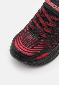 Skechers Performance - OPTICO UNISEX - Obuwie do biegania treningowe - red/black/charcoal - 5
