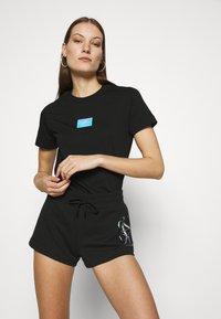 Calvin Klein Jeans - SHINE BADGE TEE - T-shirts med print - black - 3