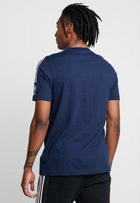 adidas Originals - TECH TEE - T-shirts med print - navy - 2