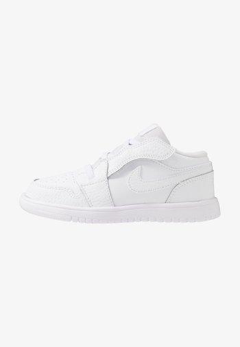 1 LOW ALT UNISEX - Basketball shoes - white