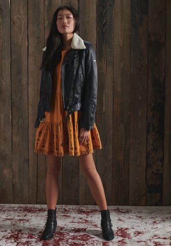 ANISA - Korte jurk - ochre
