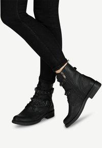 Marco Tozzi - STIEFELETTE - Cowboy/biker ankle boot - black antic - 0