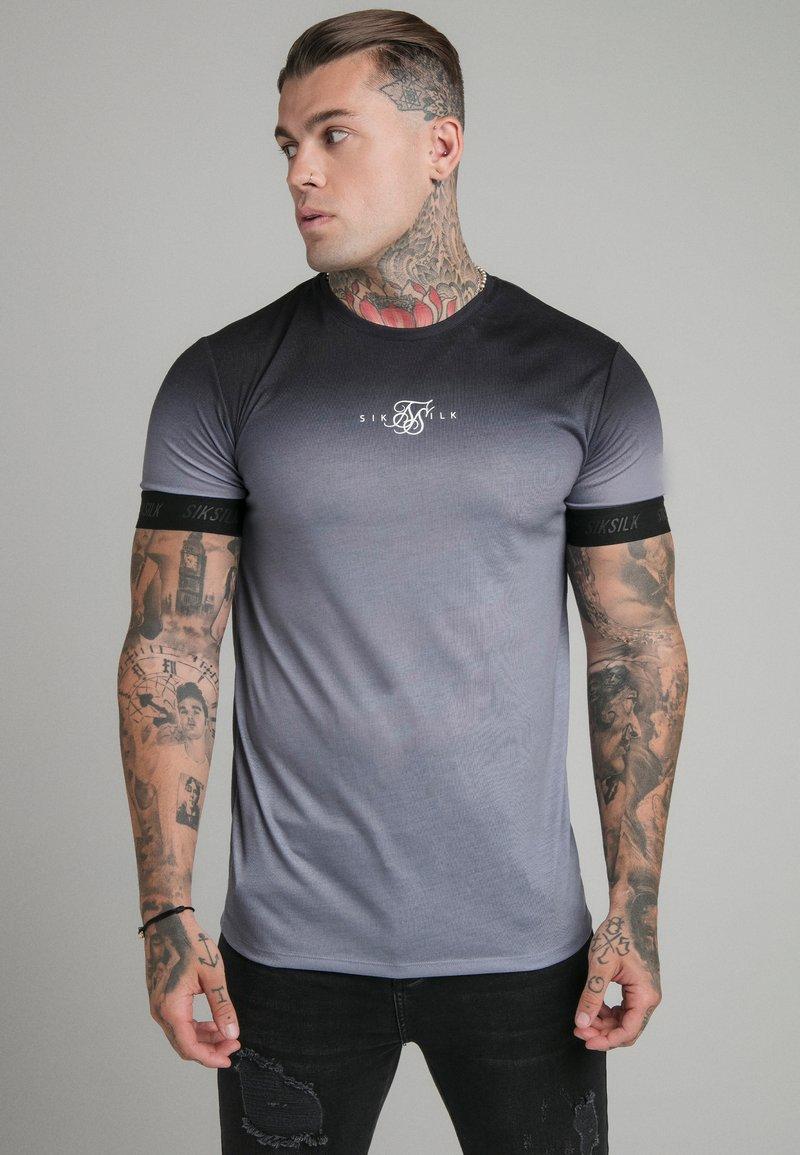 SIKSILK - HIGH FADE TECH TEE - T-shirt med print - black/grey