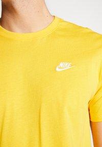 Nike Sportswear - CLUB TEE - T-shirt - bas - university gold/white - 5