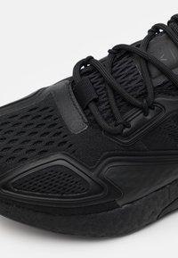 adidas Originals - ZX 2K BOOST UNISEX - Zapatillas - core black/shock pink - 5
