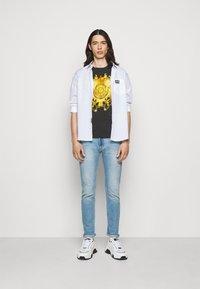 Versace Jeans Couture - GOLD BAROQUE - Print T-shirt - black - 1