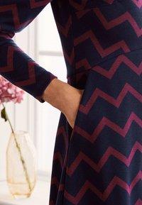 Boden - ANNIE  - Jersey dress - navy/rubinrot, einfarbiges zickzackmuster - 3