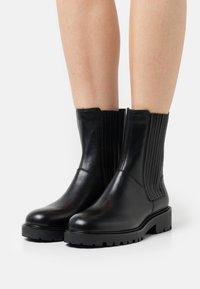 Vagabond - KENOVA - Korte laarzen - black - 0