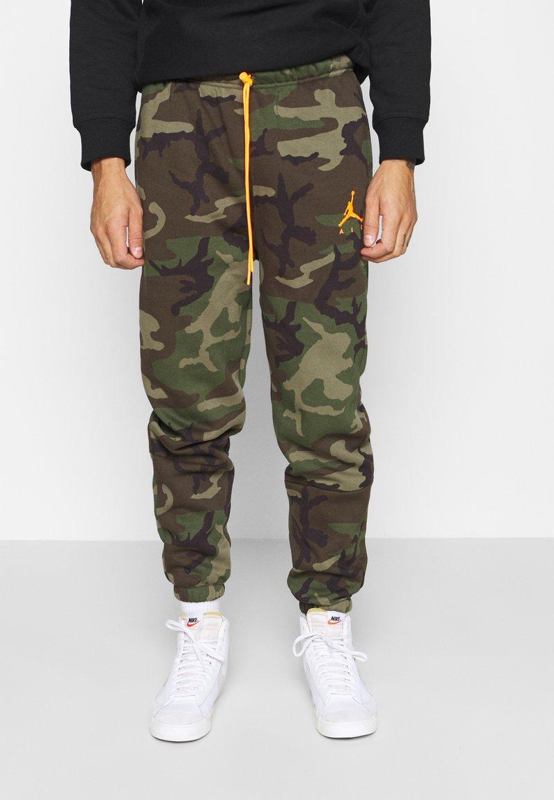 Jordan - JUMPMAN AIR CAMO PANT - Pantaloni sportivi - medium olive/total orange