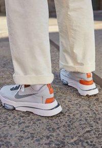 Nike Sportswear - AIR ZOOM TYPE - Trainers - grey fog/dark smoke grey/campfire orange - 2