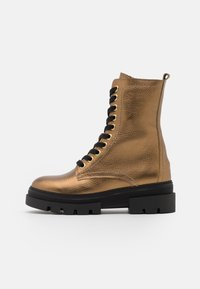Tommy Hilfiger - RUGGED CLASSIC METALLIC BOOTIE - Platform ankle boots - dark gold - 1