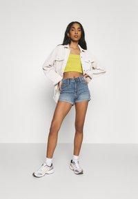 Hollister Co. - PAINTED DAISY - Shorts di jeans - blue denim - 1