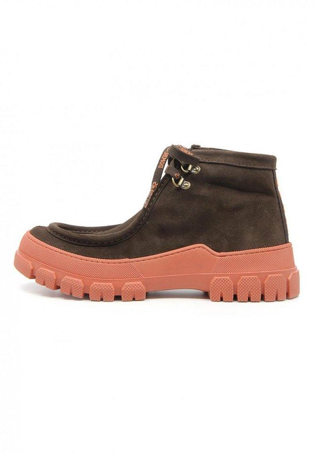 ESSENCE - Boots à talons - marrón oscuro