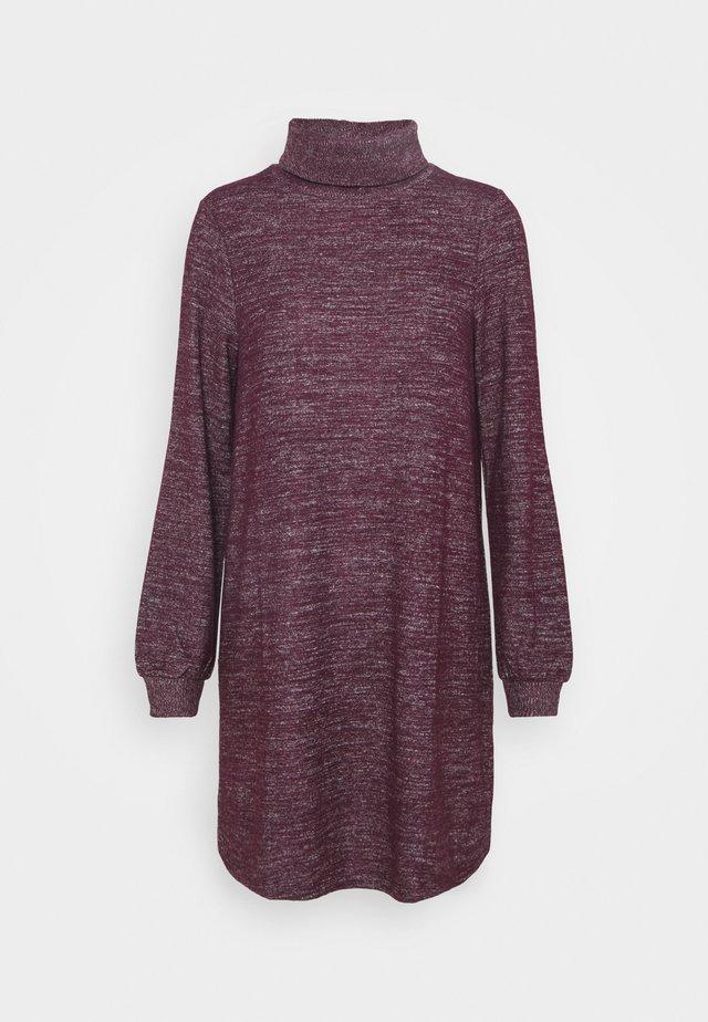 TURTLENECK DRESS - Pletené šaty - secret plum