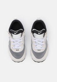 Nike Sportswear - WAFFLE ONE UNISEX - Zapatillas - summit white/white/black/orange - 3