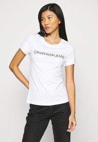 Calvin Klein Jeans - 2 PACK - Print T-shirt - bright white - 1
