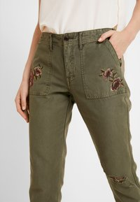 Abercrombie & Fitch - EMBROIDERY - Kalhoty - olive - 5