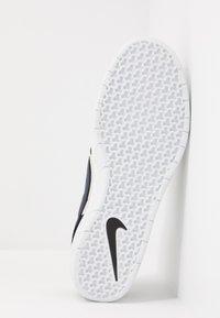 Nike SB - TEAM CLASSIC - Skateschoenen - black/midnight navy/fossil/white - 4